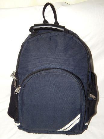 Темно-синий рюкзак Unicol слегка винтажный, но еще очень прочный и ф