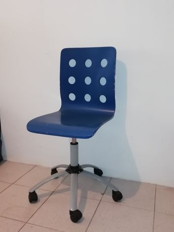Cadeira azul de madeira