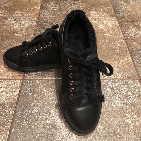 Продам кроссовки на меху