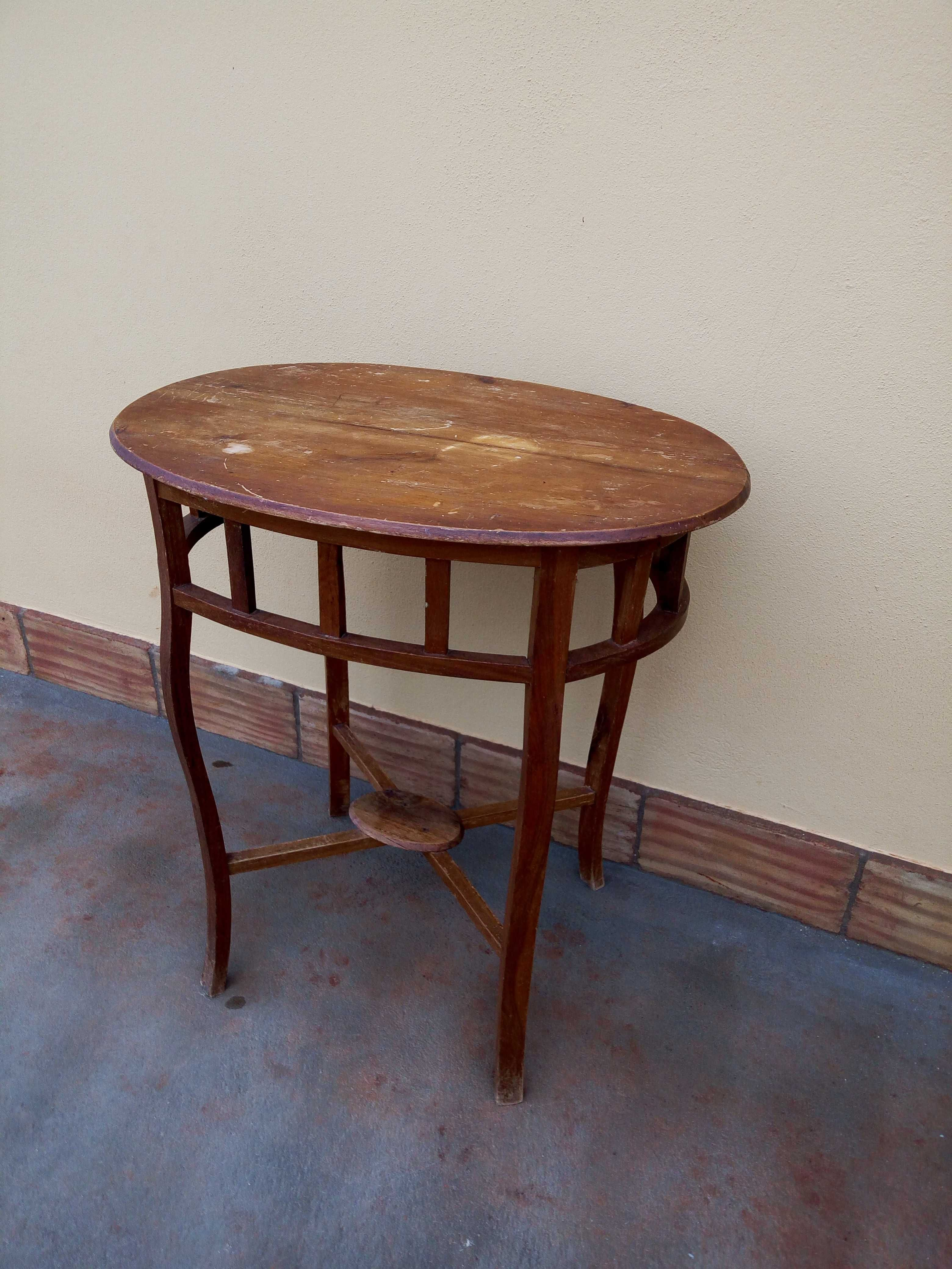 Mesa antiga oval em madeira.