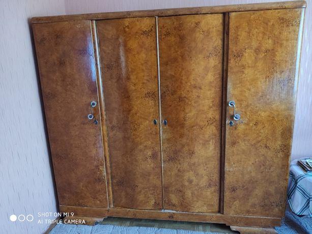 Sprzedam stare meble (4-drzwiową szafę, dwa stoliki nocne, stół)