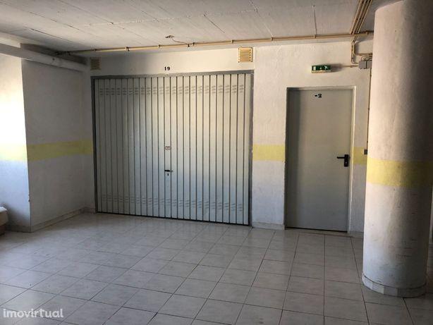 Vende-se Garagem - Queluz -Monte Abraão
