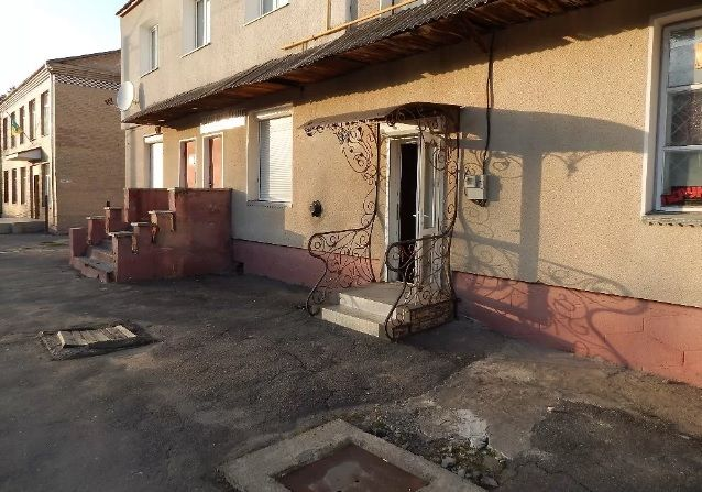 Продам або здам приміщення на центральній площі смт.Ярмолинці,