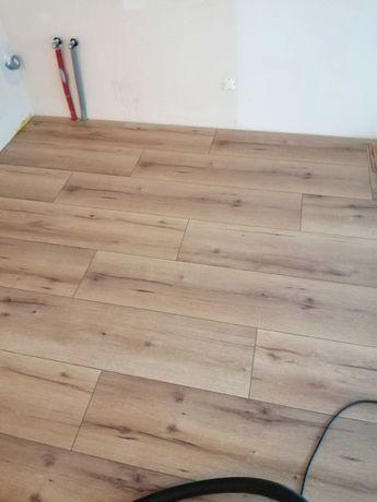 Montaż paneli podłogowych wraz z wykończeniem. Montaż listew PCV MDF