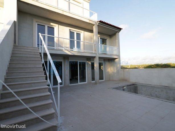 Moradia T3 nova com 3 suites, piscina e excelentes acabamentos
