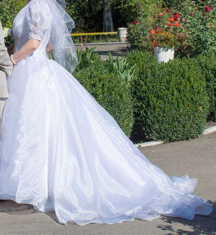 Свадебное платье, украшения на машину/стол