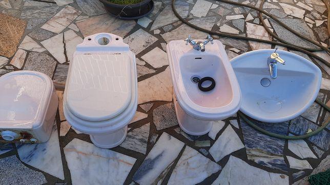 Louças de casa de banho em perfeito estado