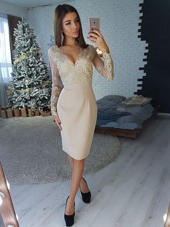 Бежевое платье-футляр с кружевным верхом