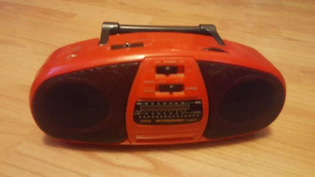 Małe radio z głośnikami.