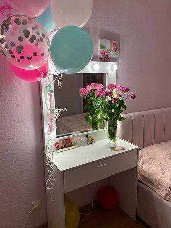 Красивый Туалетный гримерный столик с зеркалом с лампочками подсветкой