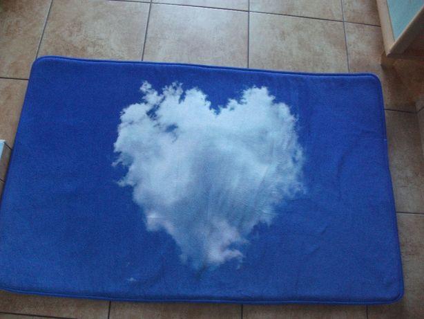 mały dywan z serduszkiem
