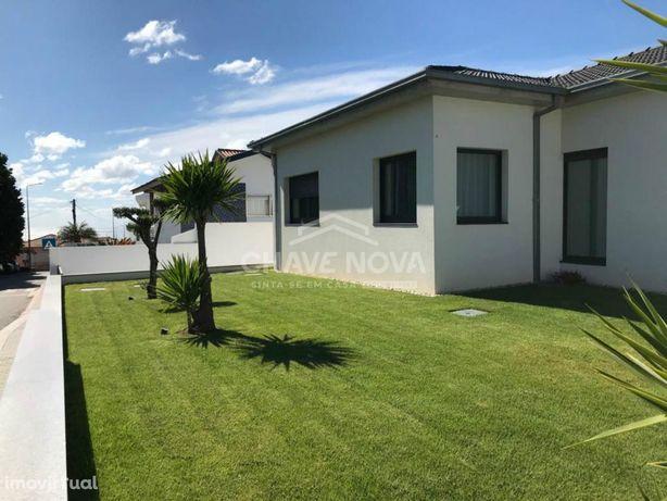 Moradia T3 Térrea para venda com piscina e próximo da praia da Aguda.