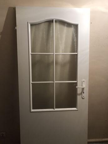 Drzwi białe drewniane szkło szyba