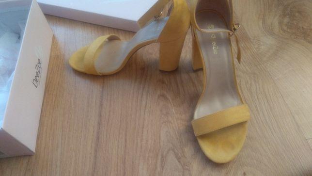 Nowe żółte sandały, pasek wokół kostki, na słupku