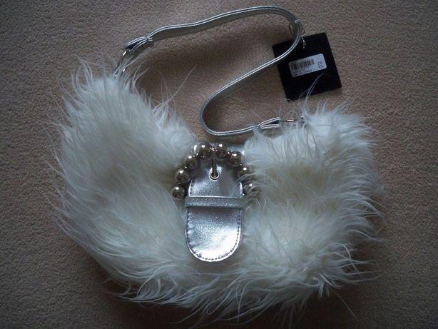Biała z futerkiem, New Look, mała, srebrny pasek, ozdobna