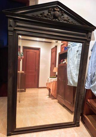 Espelho grande moldura clássica, em madeira maciça invulgar.