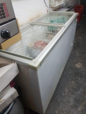 Várias arcas frigoríficas em bom estado