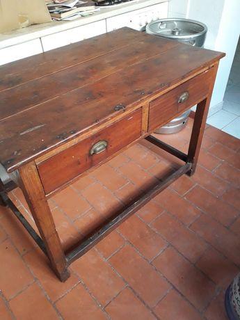 Mesa muito antiga com 2 gavetas