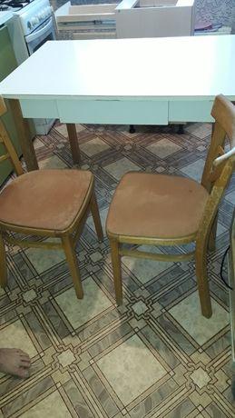 Кухонный гарнитур Стол и 4 стула.