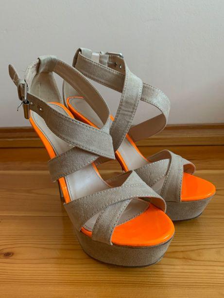 Sandały na szpilce beżowe zamsz z neonowymi wstawkami