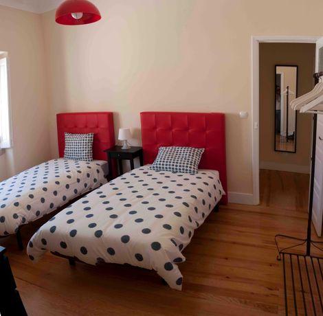 Cama (sommier), colchão e cabeceira vermelha