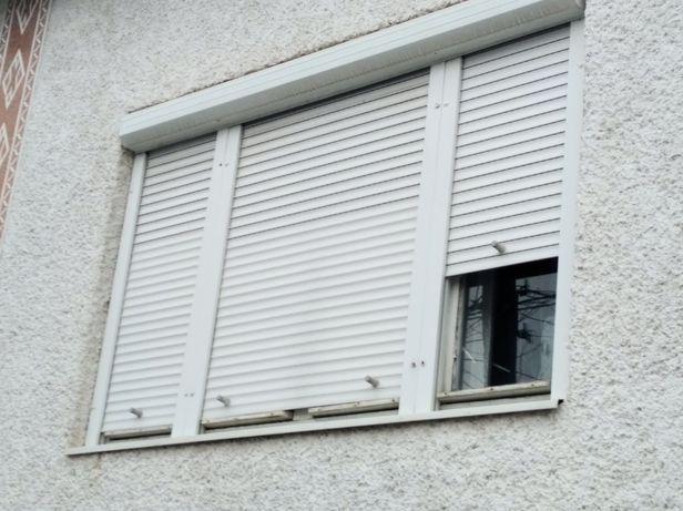 Дерев'яні окна з жалюзямі
