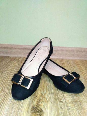 Замшеві туфлі для дівчинки.