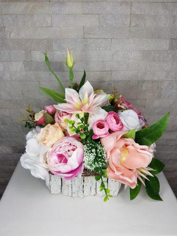 Cudna kompozycja ze sztucznych kwiatów .