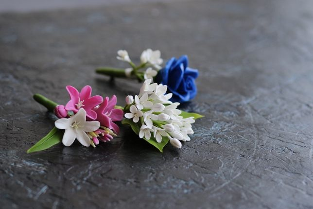 Свадебная бутоньерка на пиджак жениху, свидетелю. Белые, синие цветы