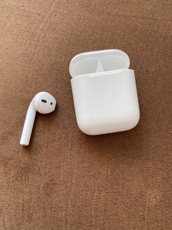 Левый наушник A2031 и кейс Airpods 2 with charging case