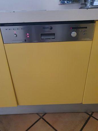 Máquina lavar loiça com avaria na porta mas a funcionar perfeitamente.