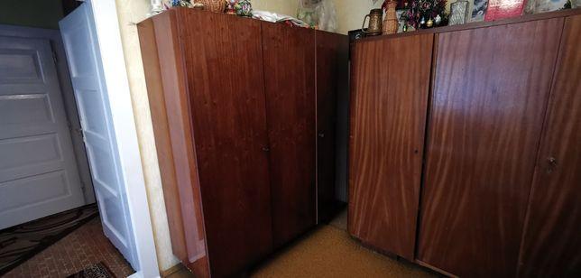 Stara szafa drewniana zadbana trzydrzwiowa