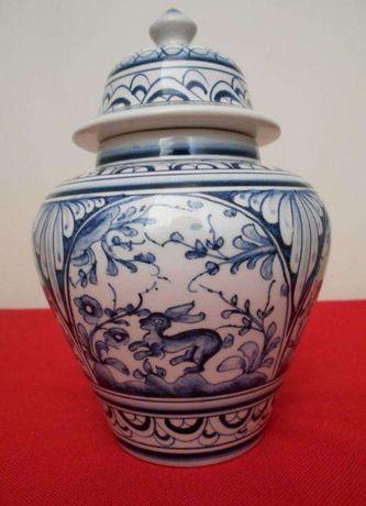 Pote da Real Cerâmica, Coimbra, PINTADO À MÃO e assinado pelo artesão.