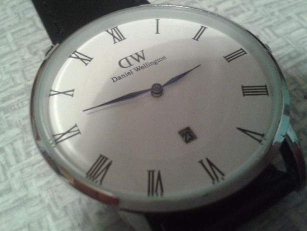 Zegarek Daniel Wellington z datownikiem.