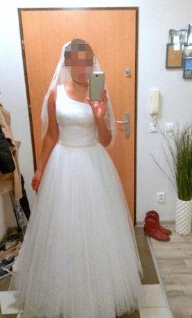 Piękna suknia ślubna Oksany Mukhi, na jedno ramię, zobacz koniecznie!