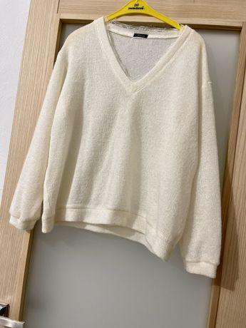 Женский свитер с кружевом