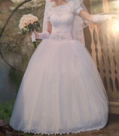 Весільна сукня,в комплекті фата і рукавички