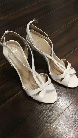 Buty sandałki na szpilce Bata 38 białe romantyczne