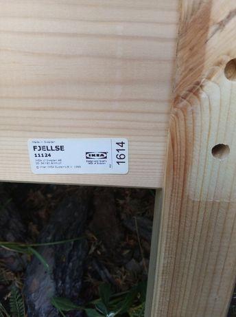 łóżka drewniane z szufladami na kołach