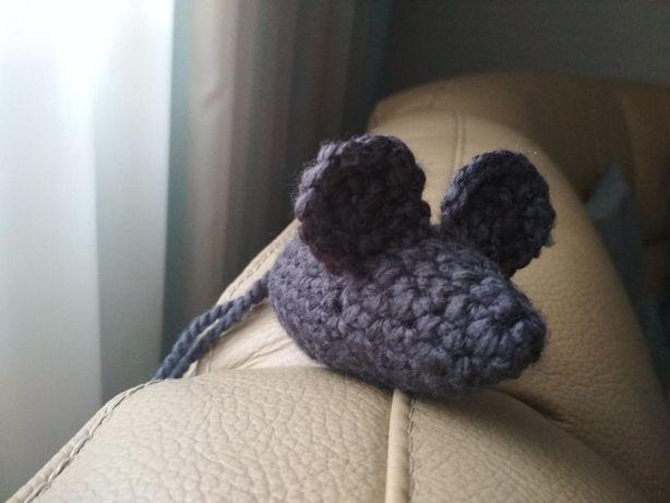Szara myszka ręcznie robiona zabawka dla kota