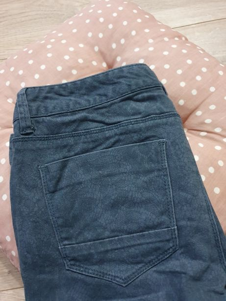 Granatowe spodnie z koronkowym wzorem