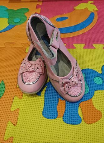 Новые кожанные туфельки на девочку 30 размер
