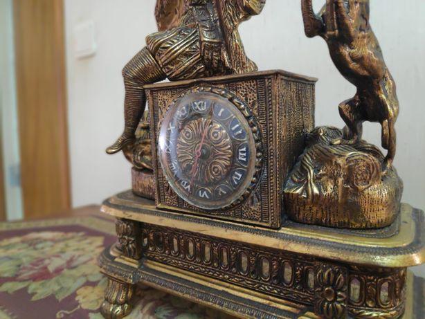Relógio de mesa antigo (a pilhas)