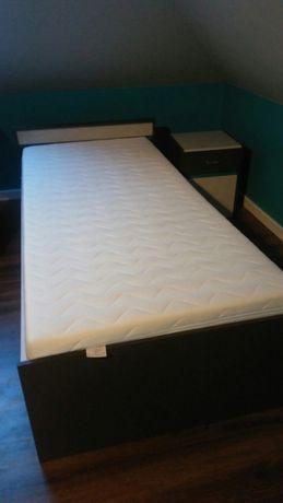 Łóżko z materacem i szafką nocną