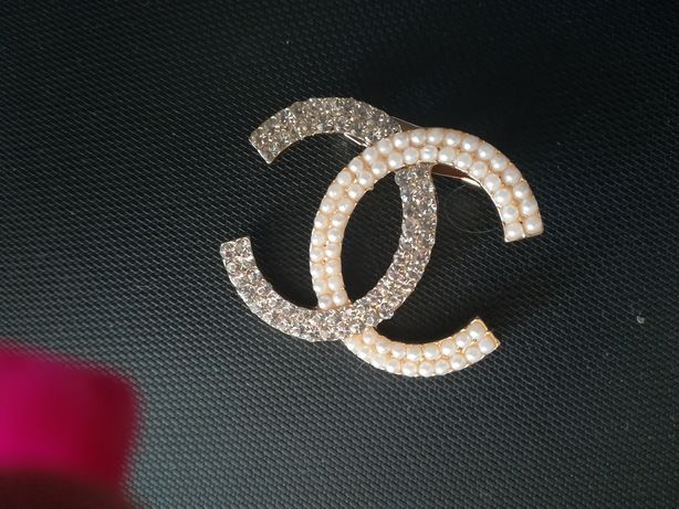 Broszka CC kolor złoty, cyrkonie i perły