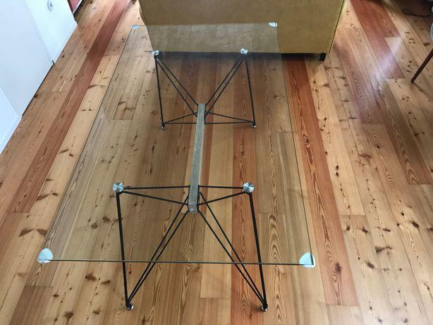 Mesa com tampo de vidro e pernas metálicas