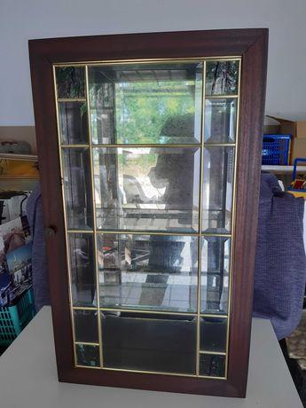 Armário vitrine em madeira com vidro e efeito espelhado