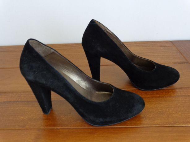 Sapatos salto alto em camurça