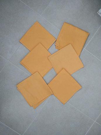 Практичный набор салфеток нежно оранжевого цвета.