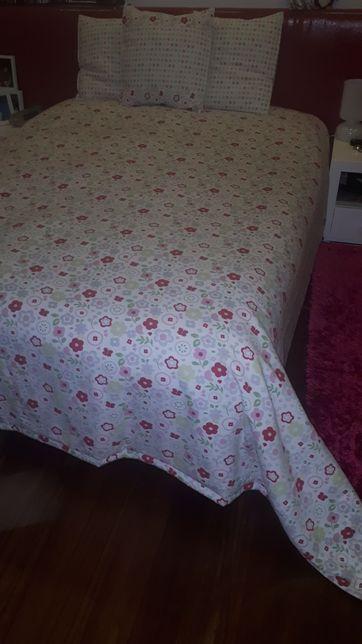 Edredon/ colcha + almofadas + cortinados